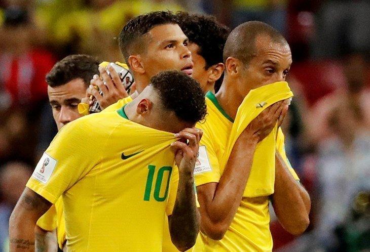 Плачут футболисты.