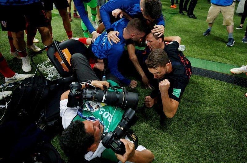 После победного гола в ворота Англии хорваты чуть не затоптали фотографа
