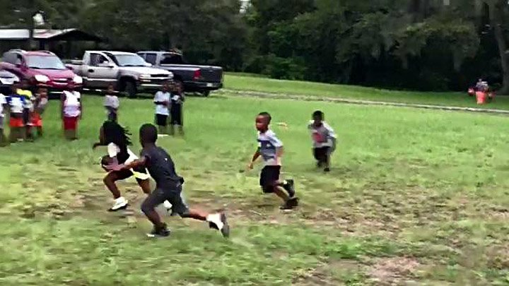 Очень быстрый маленький футболист