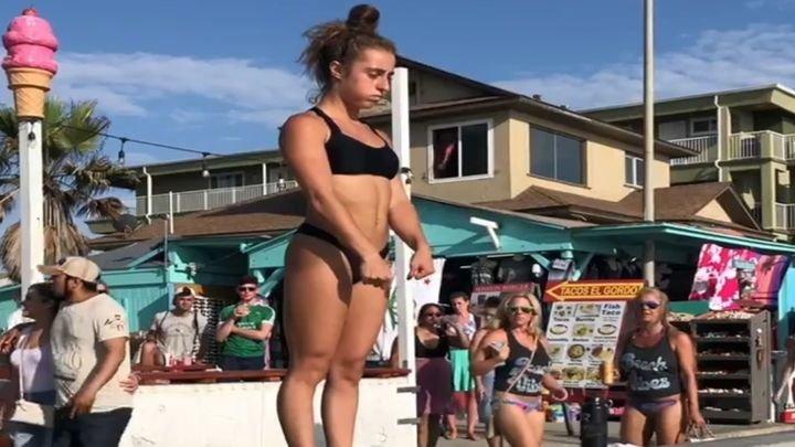 Спортсменка эффектно выходит на пляж