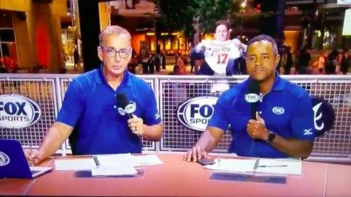 Курьёзное падение охранника в прямом эфире выпуска новостей