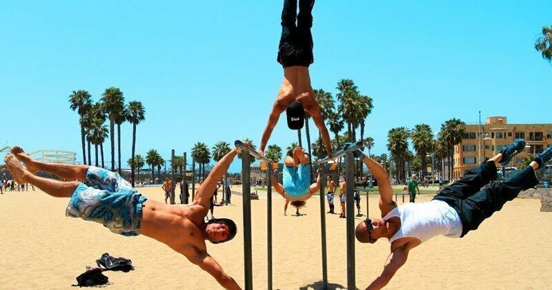 Невероятные возможности человеческого тела: трюки на турнике