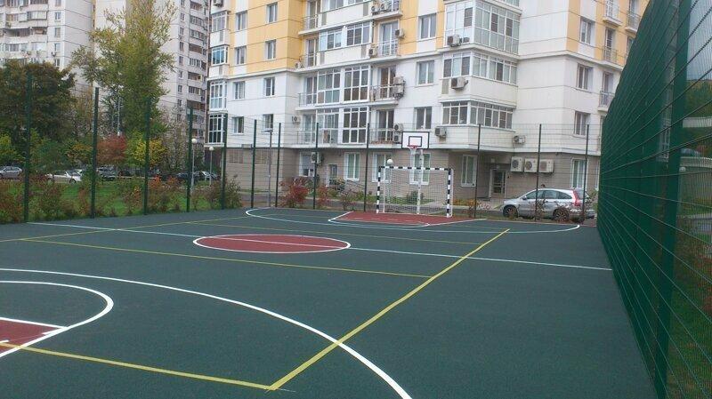 Во дворе Барнаула демонтировали спортивную площадку из-за головной боли жильцов