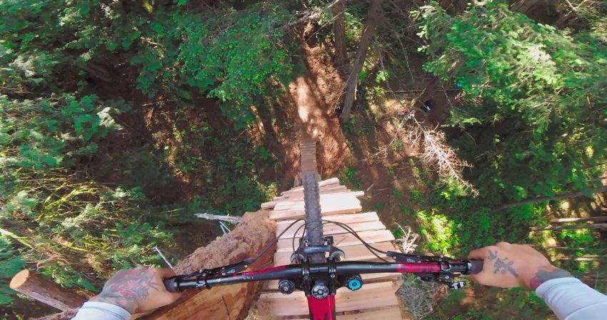 Опасный спуск на велосипеде с практически вертикальной рампы