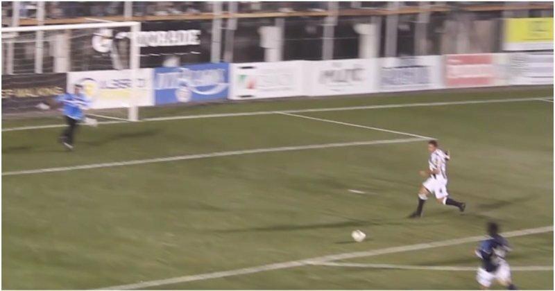 Футболист обхитрил вратаря и забил гол, не касаясь мяча