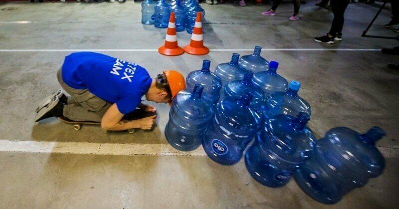Боулинг с бутылками и гонки на стульях: в Новосибирске прошёл чемпионат по офисным видам спорта