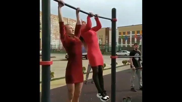 Спортивные девушки демонстрируют свои навыки на турнике