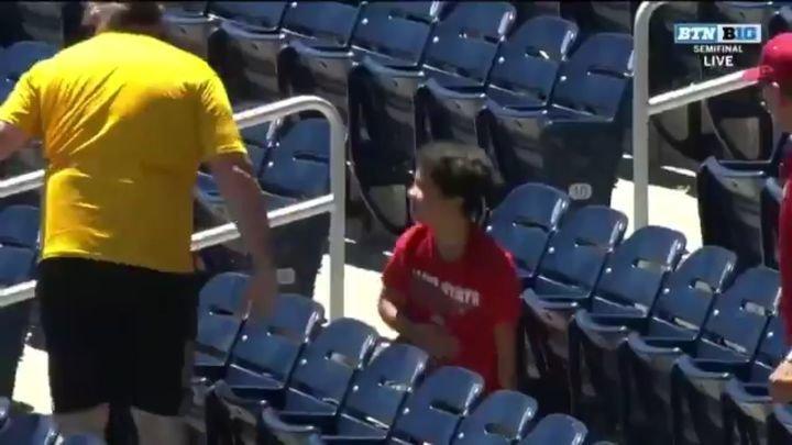 Взрослый болельщик не уступил ребенку прилетевший на трибуну мяч