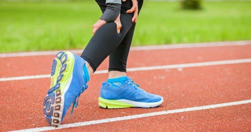 Почему ноги сводит судорогой?
