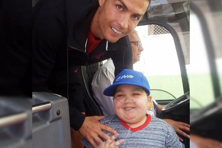 Роналду остановил автобус сборной ради фото с мальчиком, больным лейкемией