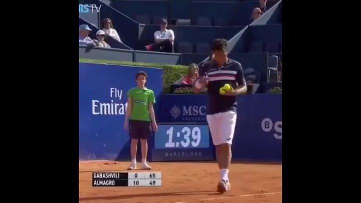 Теннис может быть опасен даже для подающих мячи мальчиков