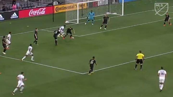 Знаменитый футболист Уэйн Руни забил великолепный гол со своей половины поля