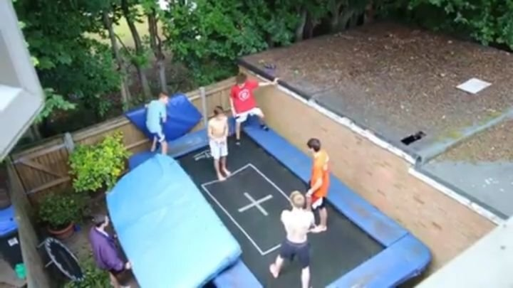 Впечатляющий прыжок на батуте