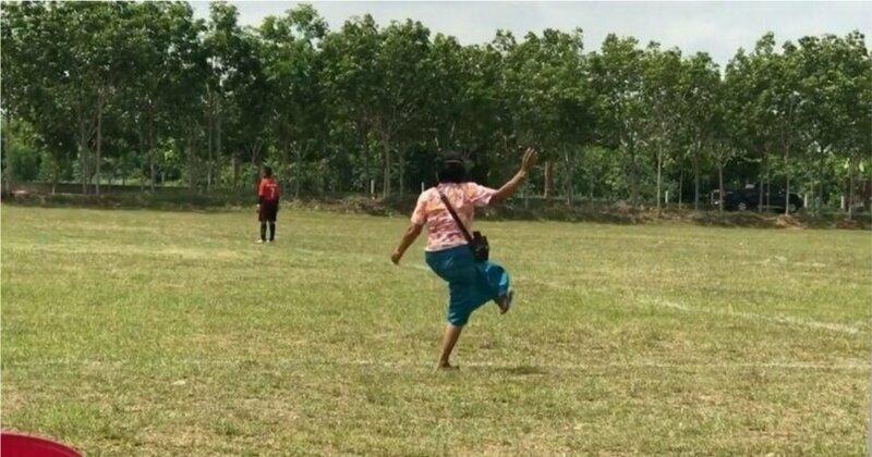 Бабушка всем сердцем болеет за внука на футбольном матче