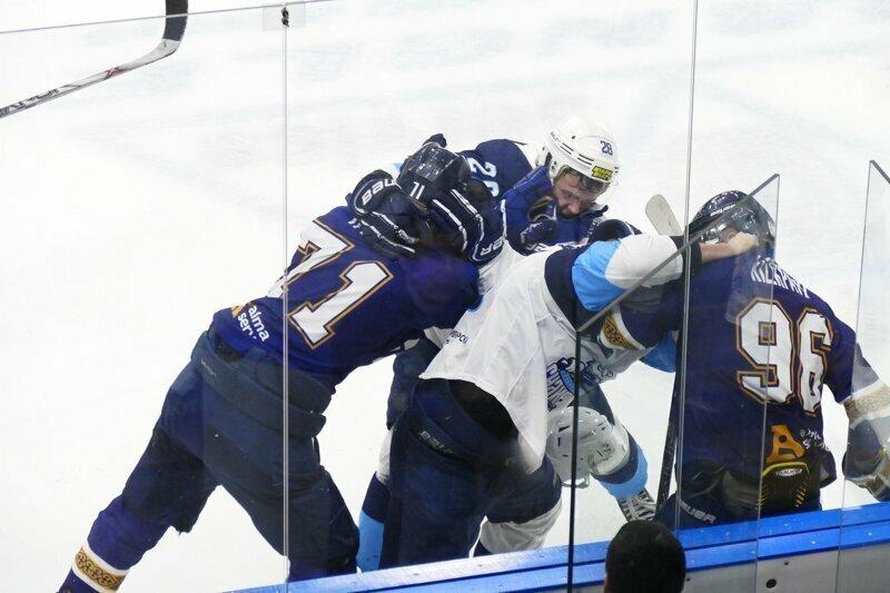 Российские и казахстанские хоккеисты устроили ледовое побоище