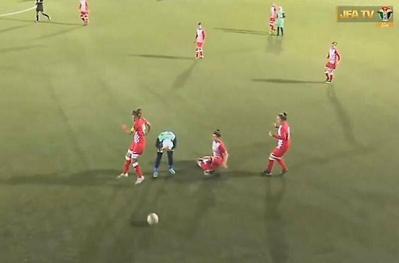 Футболистки пришли на помощь сопернице, у которой слетел хиджаб