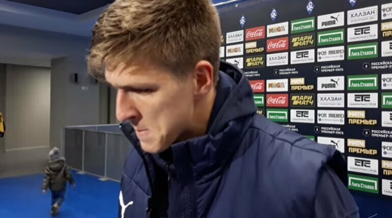 Сын футболиста очень мило пытался обратить на себя внимание во время интервью