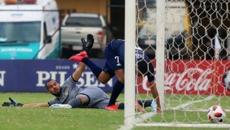 Парагвайский вратарь забил самый случайный и нелепый автогол