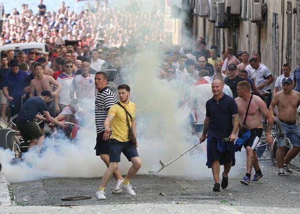 Двух российских фанатов футбола осудили на реальные сроки во Франции