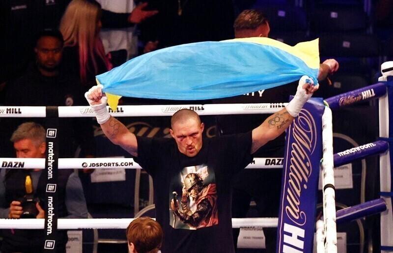 Усик отправится с чемпионскими поясами в Крым