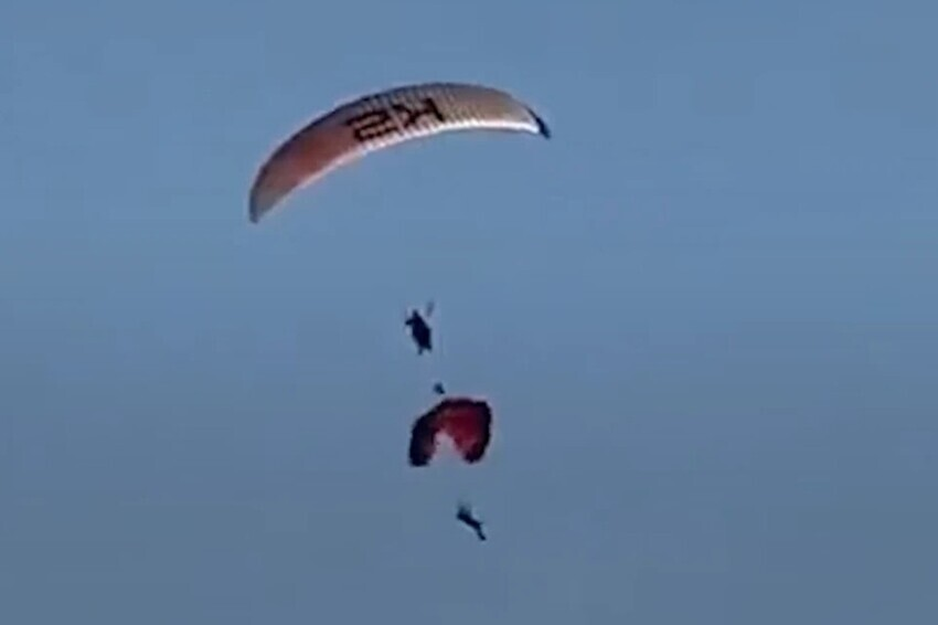 Двое парашютистов столкнулись в воздухе и упали в море