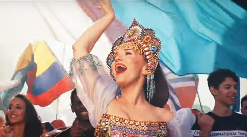 Где медведи? Наталия Орейро станцевала в кокошнике и спела на русском