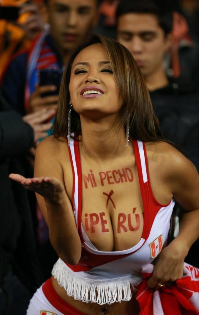 А у этой перуанки интересная традиция. Каждый гол своей сборной она отмечает снятием топика. Жаль, что футболисты этой страны пока бьют мимо ворот болельщицы, девушки, спорт, фанатки, футбол, чм-2018
