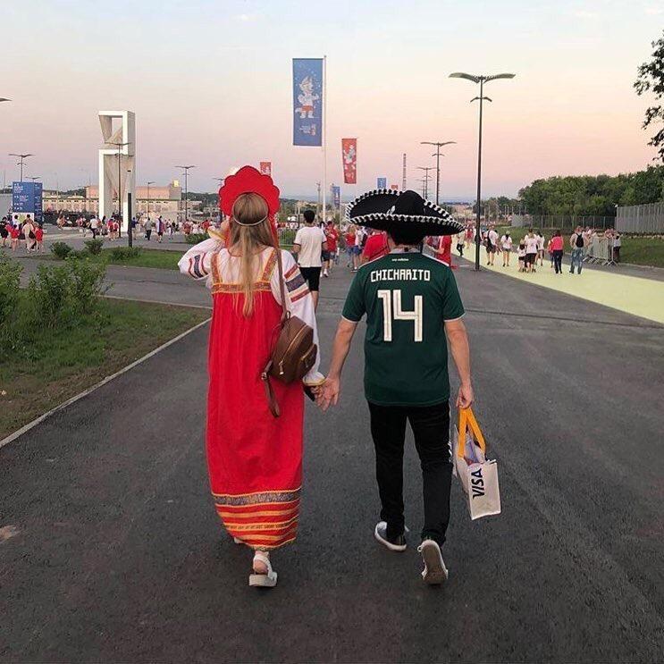 Интернет просто заполонили фотографии вот с такими интернациональными парочками болельщики, девушки, иностранцы, отношения, спорт, футбол, чм-2018