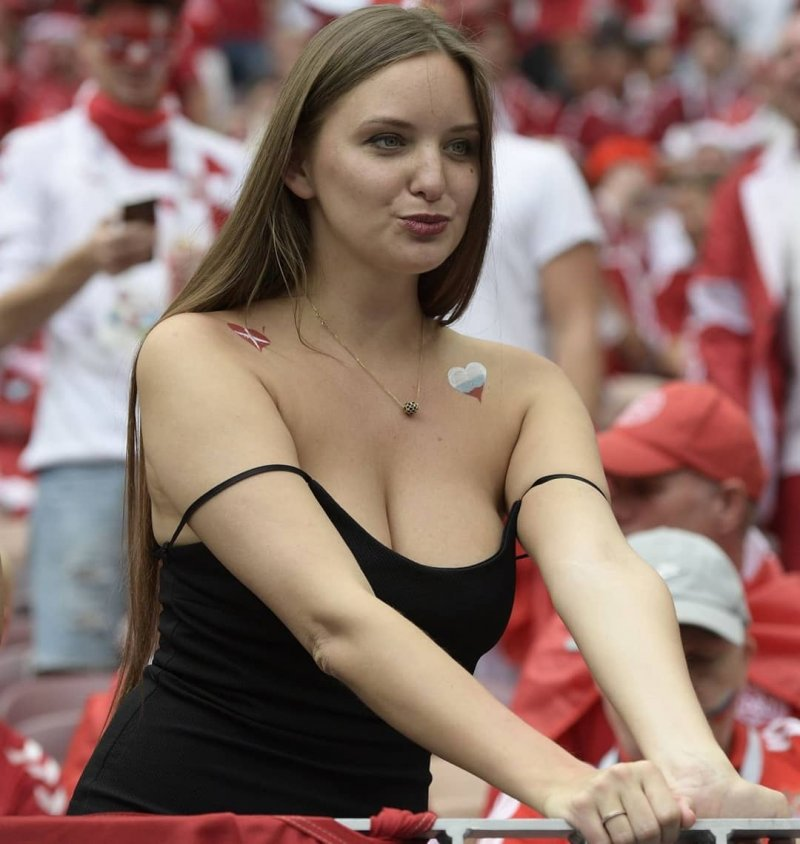 Если хорошенько присмотреться к этому фото, то можно заметить болельщиков сборной Дании