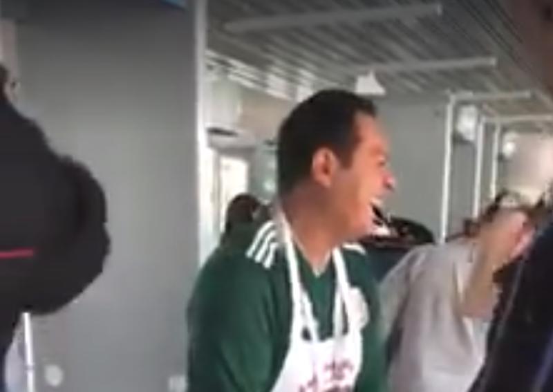 Полицейские оценили юмор. Они посмеялись вместе с пошляком и отпустили его на игру Мексика, видео, обыск, прикол, розыгрыш, россия, фартук, футбол