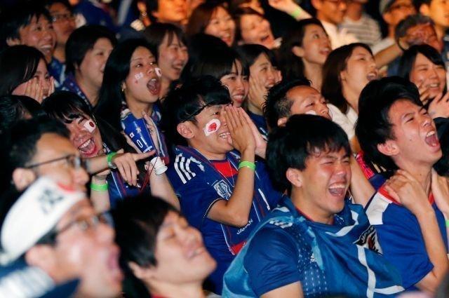 0:2 - японские болельщики уже поверили в чудо, и радовались в предвкушении невероятной победы ЧМ 2018 Россия, ЧМ 2018 по футболу, болельщики, спорт, фото, футбол, футбольные болельщики, эмоции