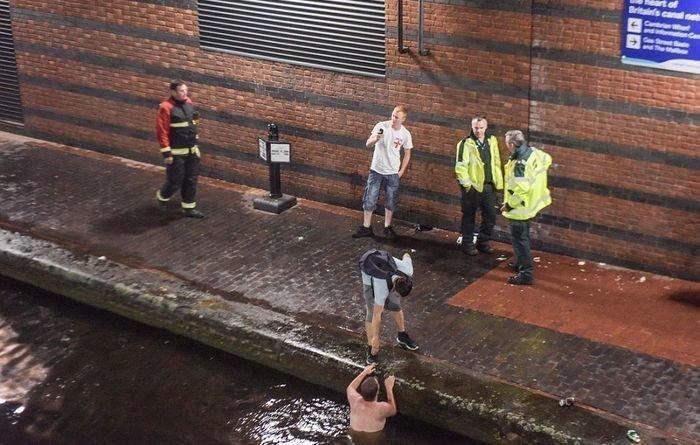 В Бирмингеме отчаявшегося болельщика пришлось вытаскивать из местного канала, куда он спрыгнул из-за обидного поражения Англия, Хорватия, болельщики, спорт, фанаты, футбол, чемпионат мира