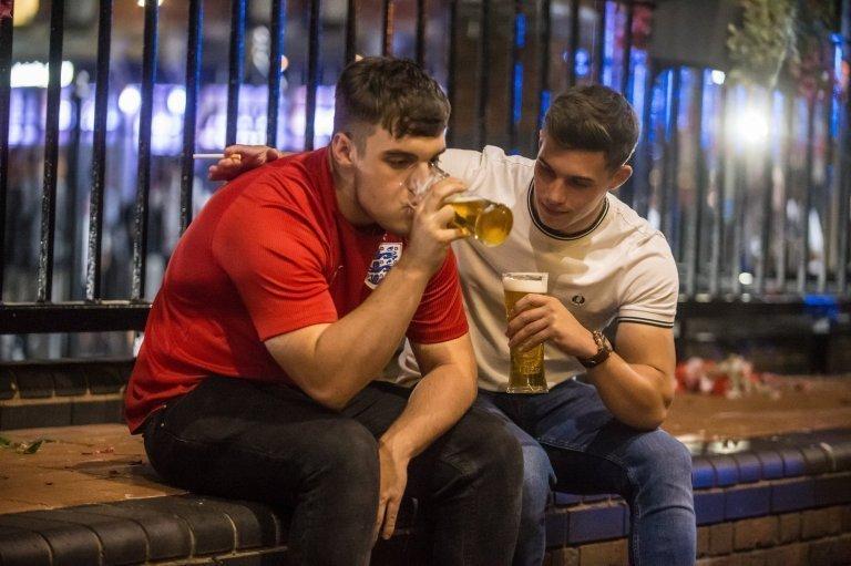 После завершения матча многие из болельщиков отправились заливать свою боль алкоголем Англия, Хорватия, болельщики, спорт, фанаты, футбол, чемпионат мира