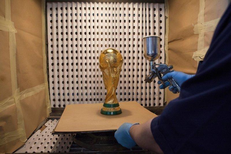 Затем его покрывают специальным лаком, чтобы трофей сохранял свой блеск и свежесть. FIFA, кубок, литье, спорт, трофей, футбол, чемпионат мира, чемпионат мира по футболу
