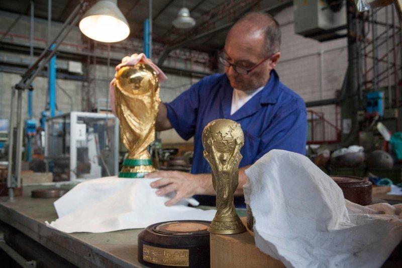 И, наконец, кубок просушивают, очищают и осматривают в последний раз. FIFA, кубок, литье, спорт, трофей, футбол, чемпионат мира, чемпионат мира по футболу