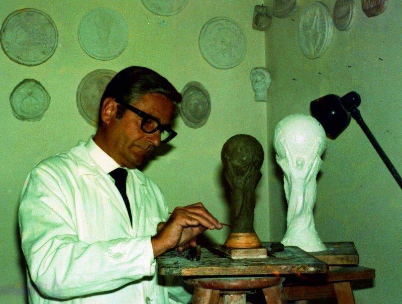 Кубок ФИФА был спроектирован в 1970 году художником Сильвио Гаццанигой. Именно он выиграл международный конкурс за право создать трофей чемпионата мира. С тех пор по его эскизу кубки чемпионов создаёт итальянская компания GDE. FIFA, кубок, литье, спорт, трофей, футбол, чемпионат мира, чемпионат мира по футболу