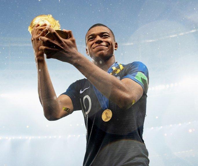 Лучший молодой футболист выиграл чемпионат мира с травмой спины Франция, ЧМ 2018 Россия, победа, футбол