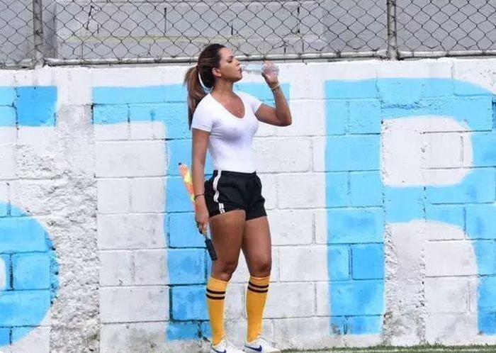 Правильный помощник судьи девушка, судья, футбол