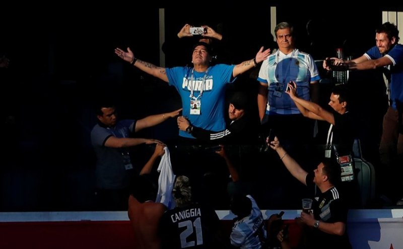 До начала матча он позировал перед фанатами ynews, аргентина, видео, диего марадона, россия, спорт, футбол, чемпионат мира