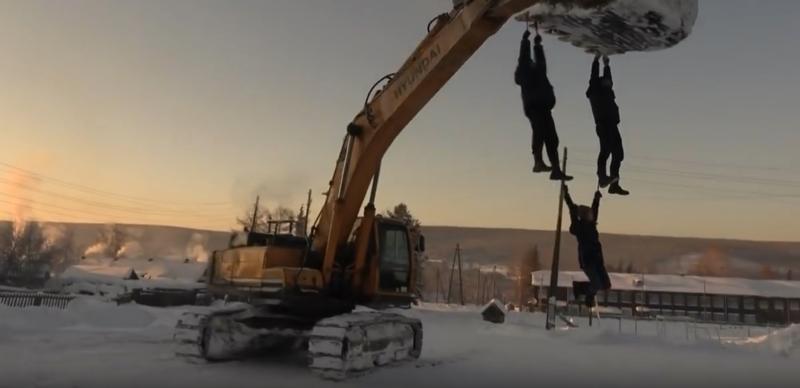 Зимние забавы русских: красноярцы в мороз прокатились на ковше авто, зима, зимняя сибириада, красноярск, развлечения, россия, русские, спорт