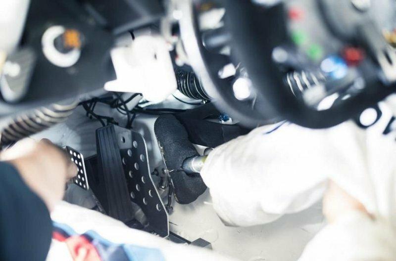 Справа от педали газа установили дополнительную педаль тормоза с шипом, на котором фиксируется протез авто, автомобили, автоспорт, алессандро занарди, гонки, гонщик, инвалид, спорт