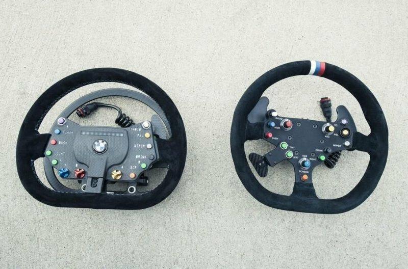 4 / 4 Так выглядел разработанный для Занарди руль с кольцом газа рядом со стандартным рулем от BMW Z4 GT3 (справа) авто, автомобили, автоспорт, алессандро занарди, гонки, гонщик, инвалид, спорт