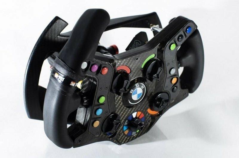 Руль от BMW M8 GTE, разработанный специально для Занарди, выполнен несимметричным — «рог» слева позволяет управлять ему одной левой рукой даже при крайних углах поворота авто, автомобили, автоспорт, алессандро занарди, гонки, гонщик, инвалид, спорт