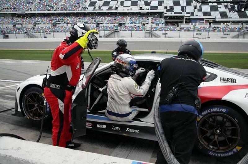 На этом кадре запечатлено, как Занарди помогает своему партнеру пристегнуться, закрыть защитную сетку на окне. Механик в красном комбинезоне держит сменный руль: через мгновение его подадут пилоту авто, автомобили, автоспорт, алессандро занарди, гонки, гонщик, инвалид, спорт
