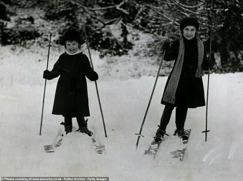 Две маленькие англичанки на миниатюрных самодельных лыжах, графство Хартфордшир, Англия