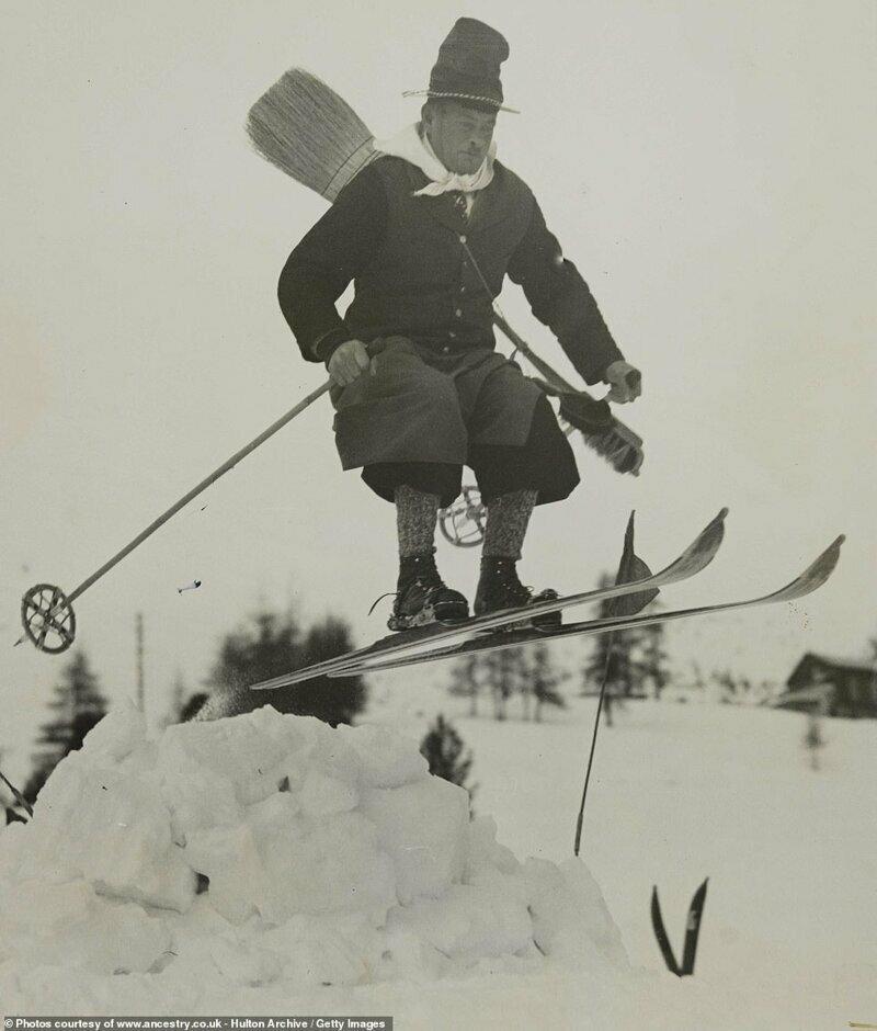 Лыжник исполняет прыжок на склонах Санкт-Мориц, Швейцария, в январе 1938-го. Фото было сделано во время проведения новогодних празднеств