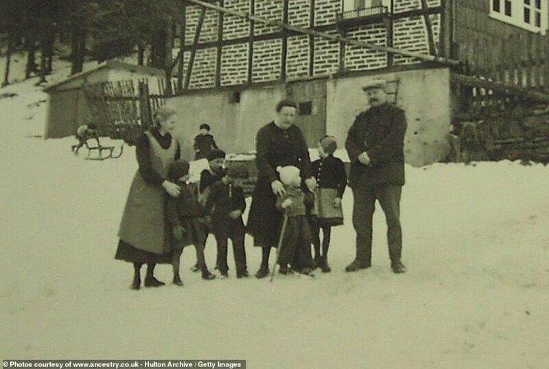 Март 1937 года, семья присматривает за детьми, пока те катаются на лыжах - место неизвестно