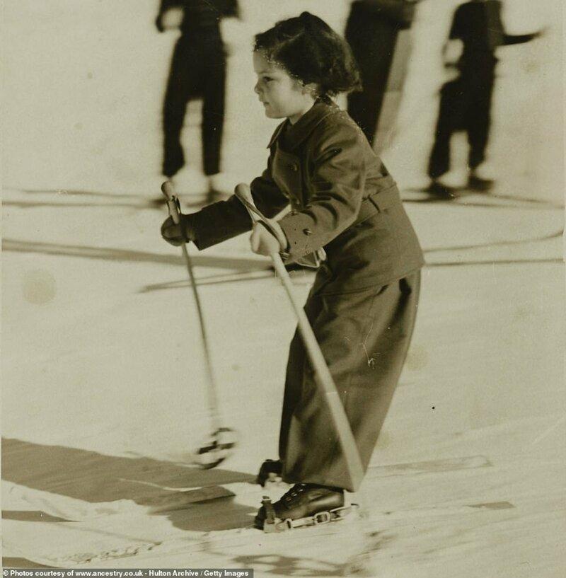 Маленькая лыжница, одетая в шерстяной костюм - 1937 год, склоны Санкт-Мориц в Швейцарии