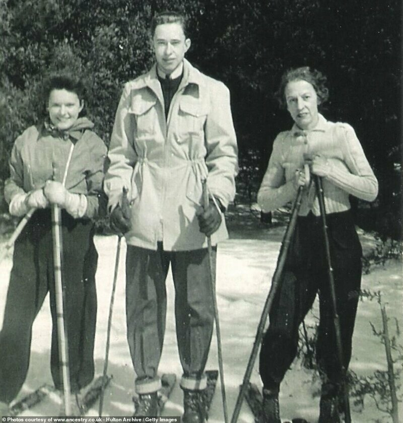 Семья на лыжной прогулке, место неизвестно. Женщины - в популярных тогда завышенных лыжных штанах