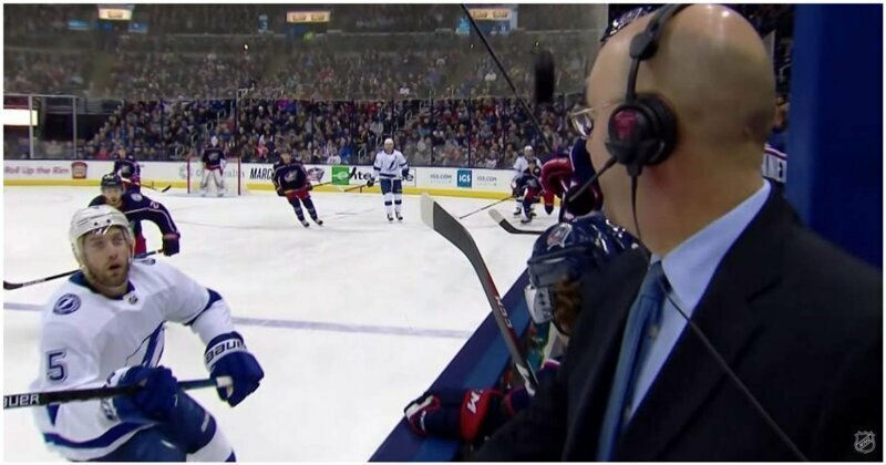 Шайба чуть не лишила жизни спортивного комментатора на матче NHL nhl, видео, комментатор, повезло, спорт, сша, хоккей, шайба